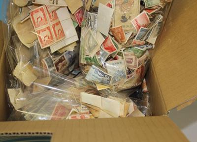 段ボールに入った大量の古い切手