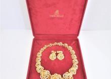 金のネックレスとイヤリング