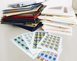 たくさんの切手ブックとシート