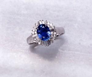プラチナのサファイアとダイヤの指輪
