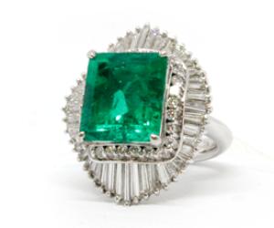 プラチナのエメラルドとダイヤのリング